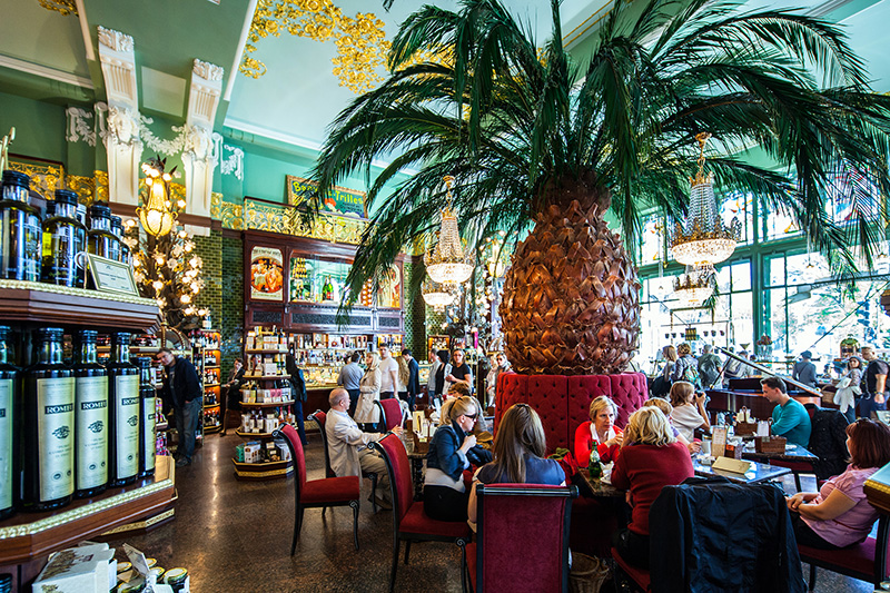 cafe-at-the-renovated-eliseyev-emporium-in-st-petersburg